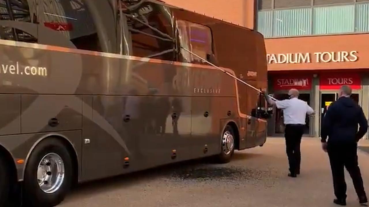 Болельщики Ливерпуля забросали камнями автобус с футболистами Реала  видео