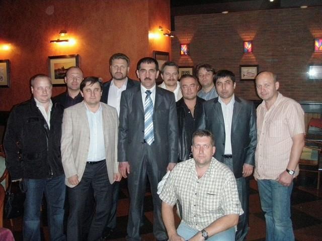 Батыр Бекмурадов (второй справа) с экс-главой Ингушетии, генерал-лейтенантом Юнус-Беком Баматгиреевичем Евкуровым (в центре). Фото © OK / Дорогие мои сослуживцы (Туркмения)