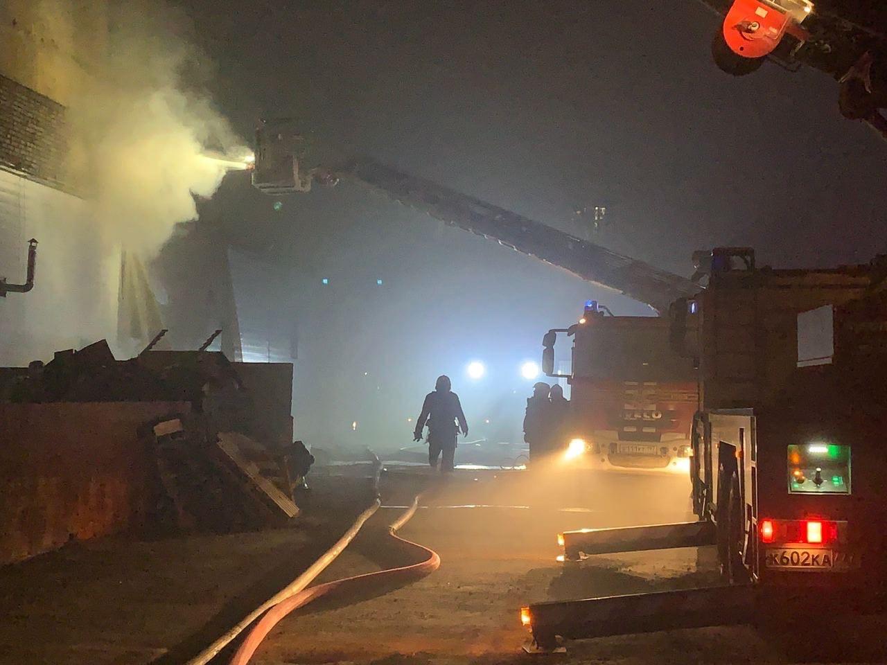 На юго-востоке Москвы частично обрушилась крыша горящего склада