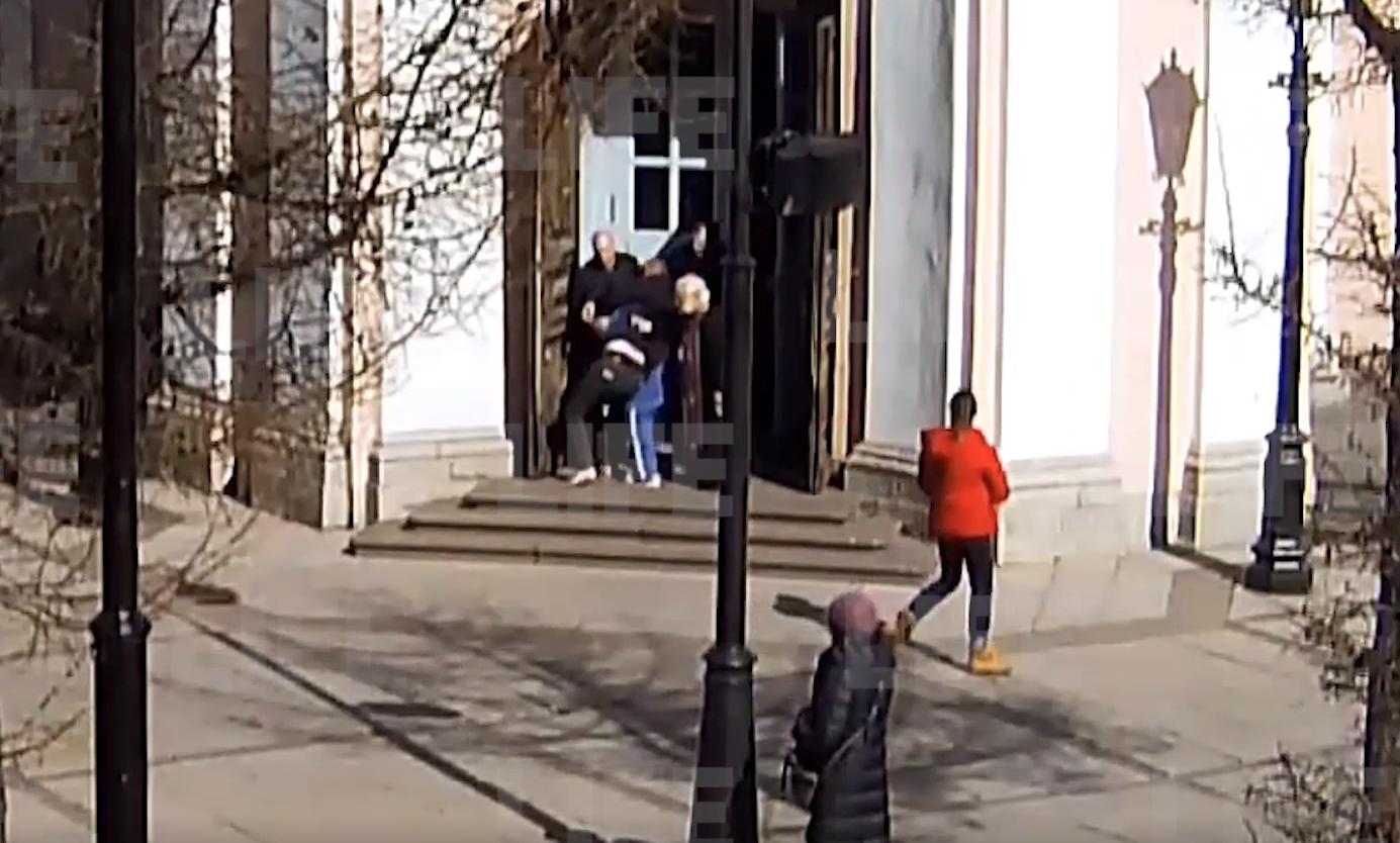Разбил витрины киосков и напал на настоятеля: неадекватный мужчина устроил погром в Андреевском соборе в Петербурге