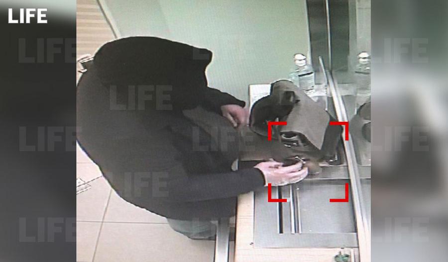 <p>Неудачная попытка ограбления Сбера с гранатой. Фото © LIFE</p>