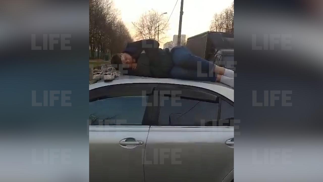 """""""С какой бы стороны его скинуть"""": В Москве пьяный мужчина уснул на крыше чужого автомобиля — видео"""