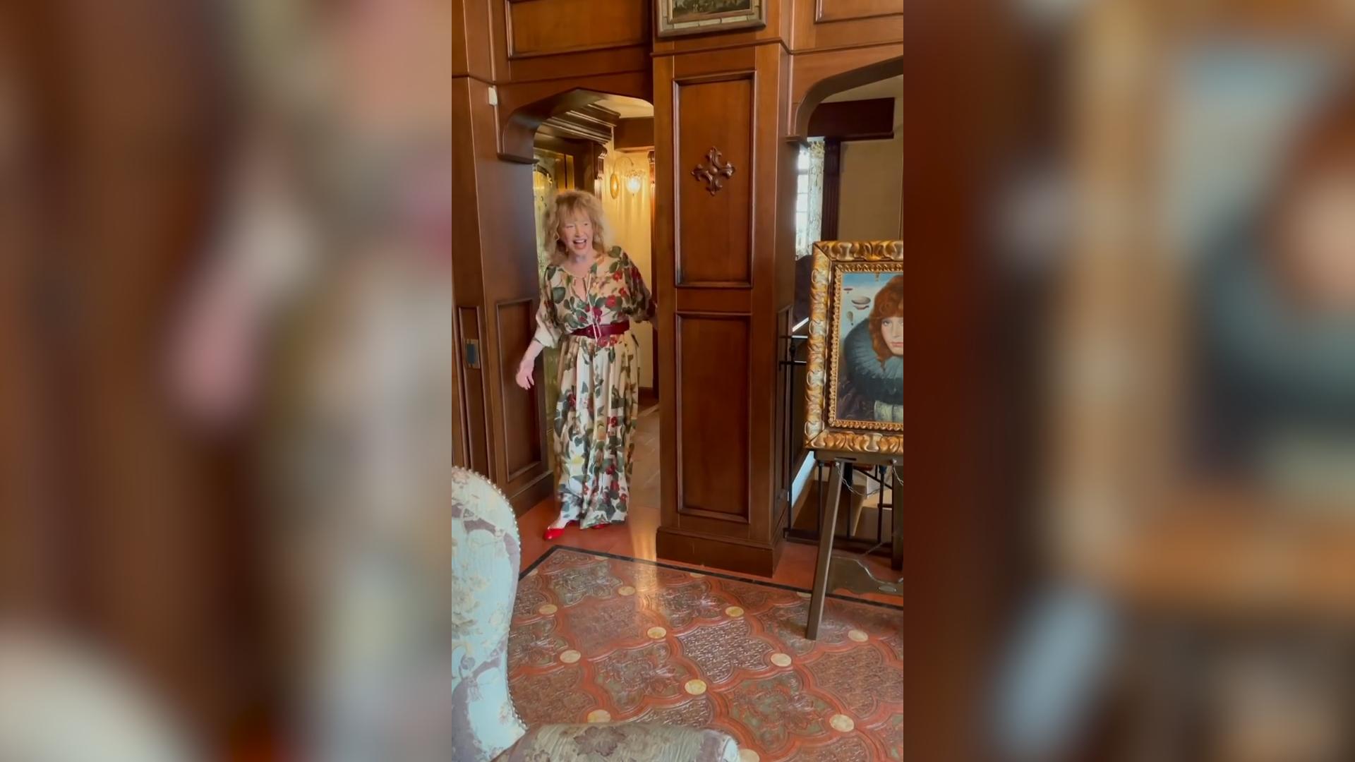 """Цветы, торт и """"вредные пирожки"""": Галкин вместе с детьми поздравил Пугачёву с 72-летием"""