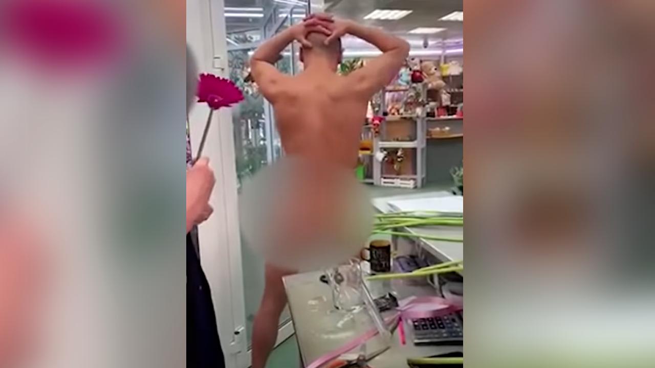 """""""Подойди поближе!"""": Житель Владивостока голым станцевал в цветочном магазине – видео"""