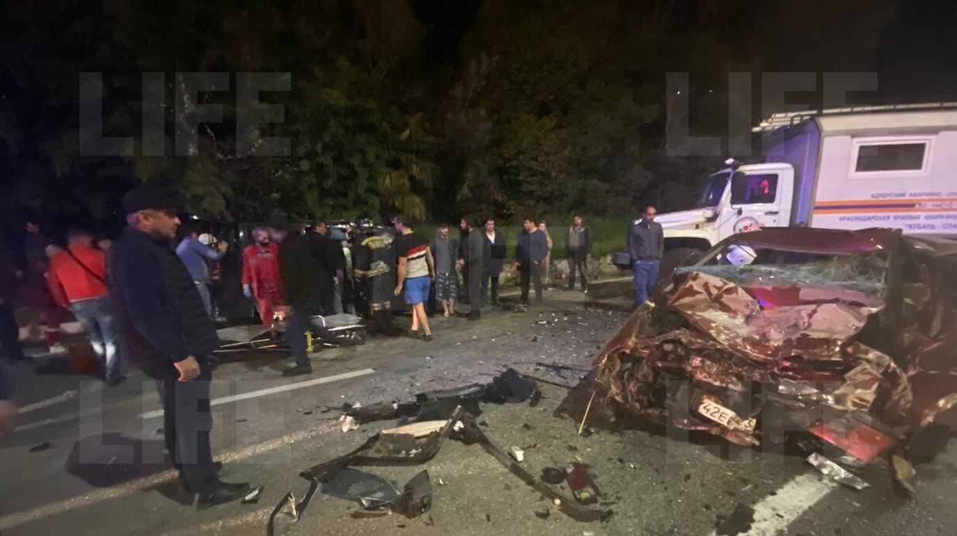В Адлере две машины столкнулись лоб в лоб, от опеля осталась только половина  видео