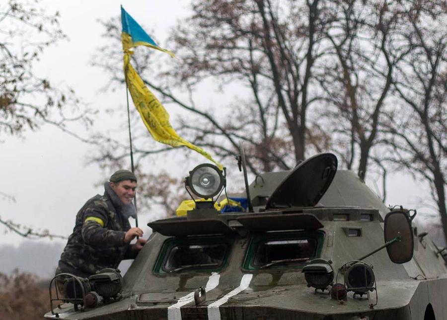 <p>Военнослужащий Национальной гвардии Украины на блокпосту на въезде в Мариуполь. Фото © ТАСС / Степан Петренко</p>