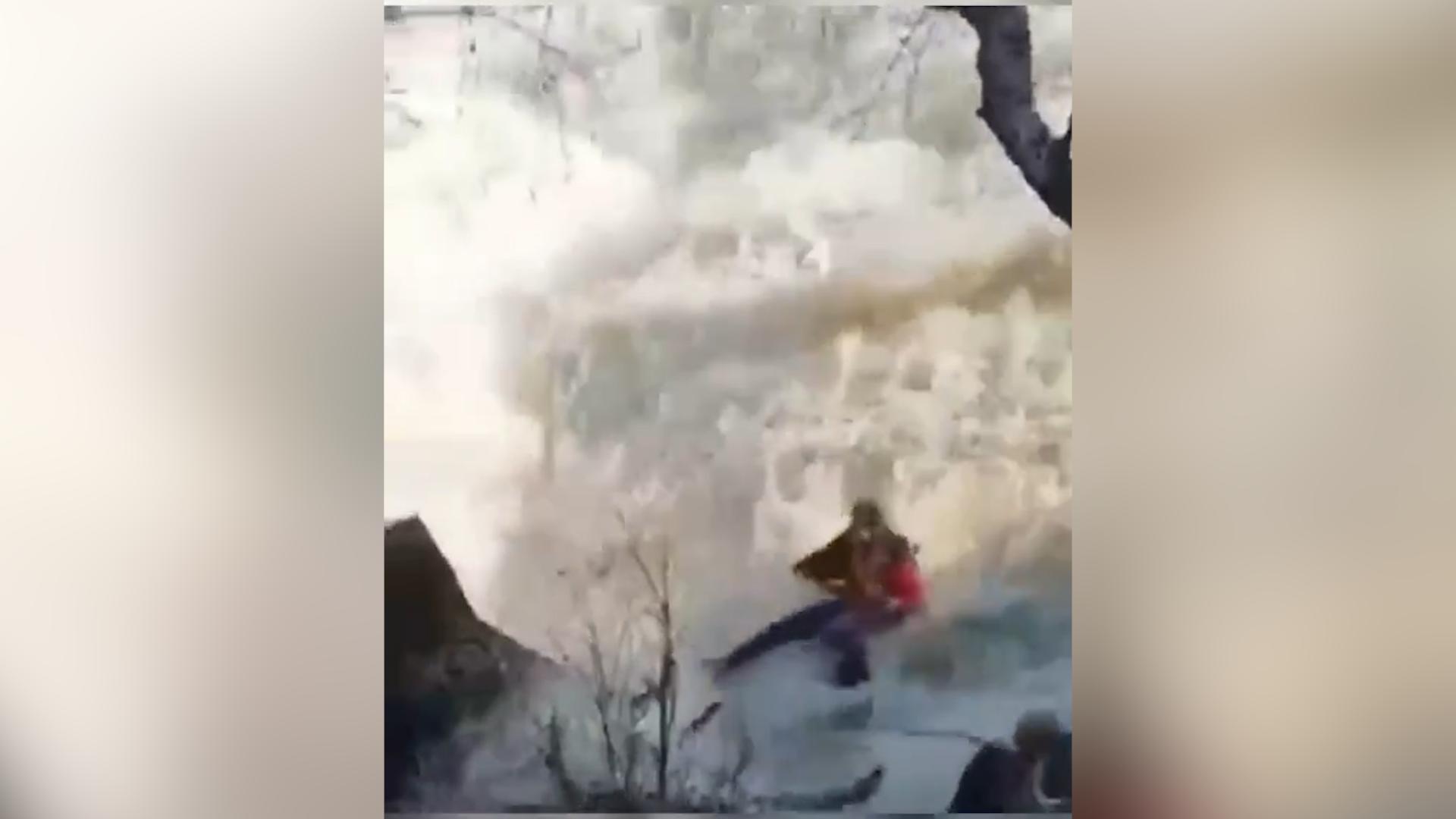 Хотели сделать красивое селфи: отец с дочкой чудом спаслись, сорвавшись в водопад  видео