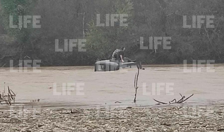 Приплыл Славик: Отец с сыном застряли на уазике посреди реки под Геленджиком  видео