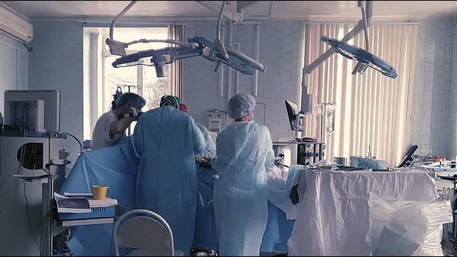 "<p>Врачи проводят операцию во время пожара в больнице. Фото © Instagram / <a href=""https://www.instagram.com/p/CNJ5Wisi6Xn/"" target=""_blank"" rel=""noopener noreferrer"">va.orlov</a></p>"