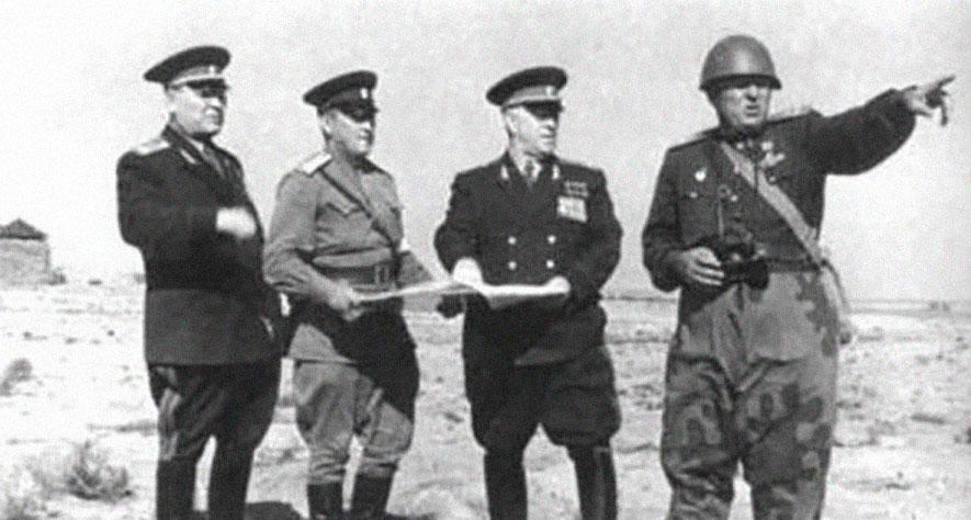 Маршал Георгий Жуков (второй справа) на полигоне. Фото © Оренбургская политика
