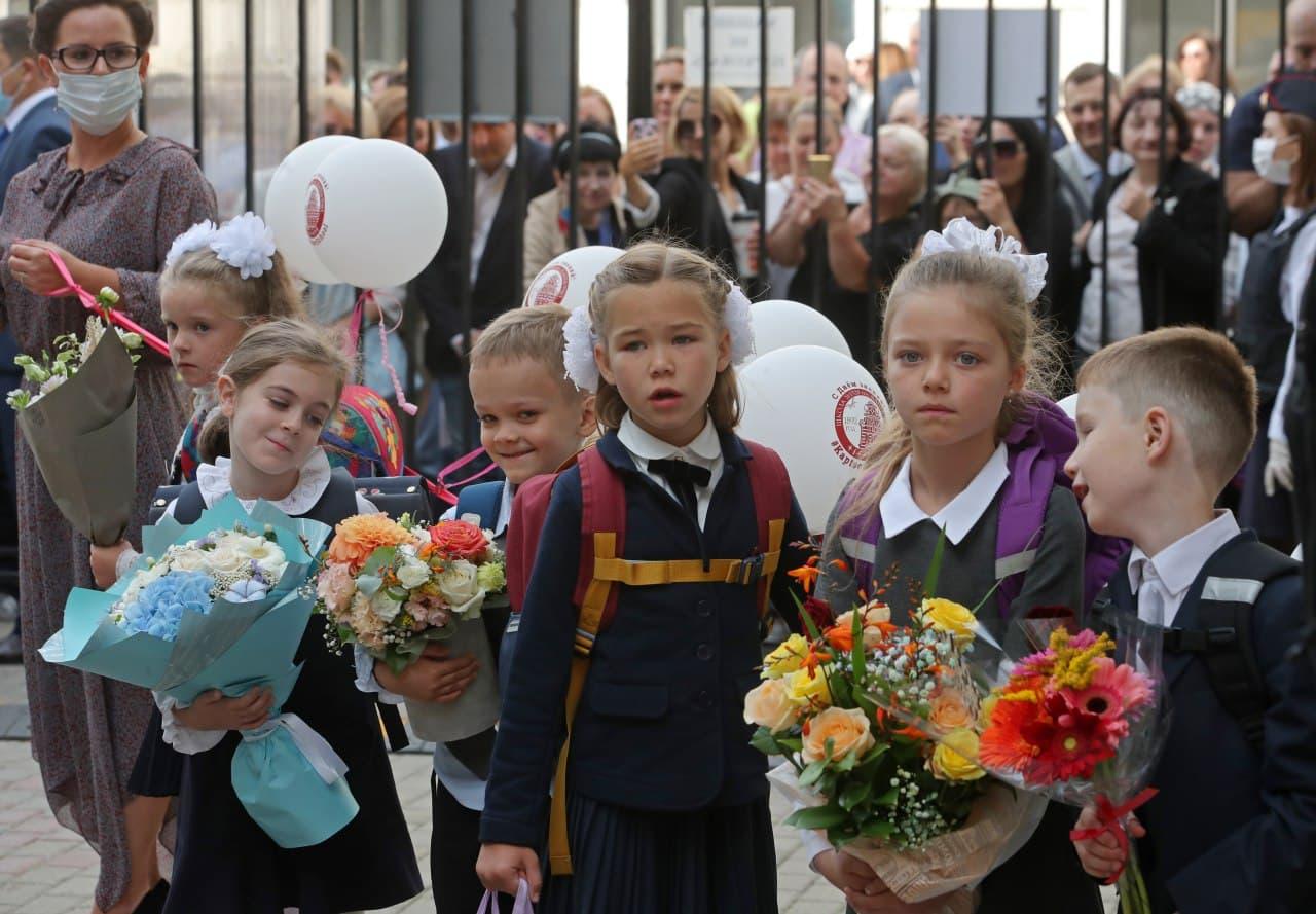 Российские школьники в августе получат по 10 тысяч рублей