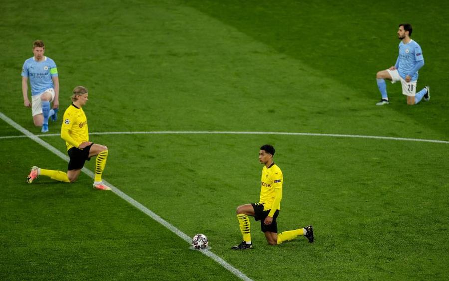 """<p>Футболисты """"Манчестер Сити"""" и """"Боруссии"""" преклонили колено в знак солидарности перед матчем Лиги чемпионов. Фото © EPA / TASS</p>"""
