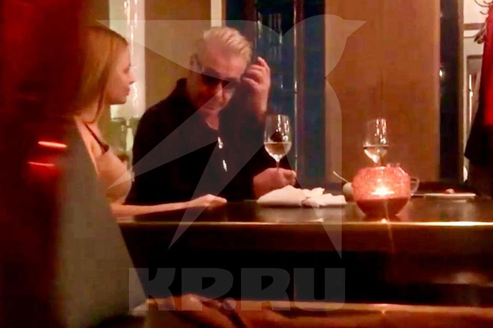 Тилль Линдеманн появился в одном из московских кафе в сопровождении неизвестной блондинки. Фото © kp.ru
