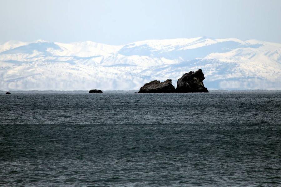 <p>Вид на утёсы в Чёрном море близ Крыма. Фото © ТАСС / Мальгавко Сергей</p>