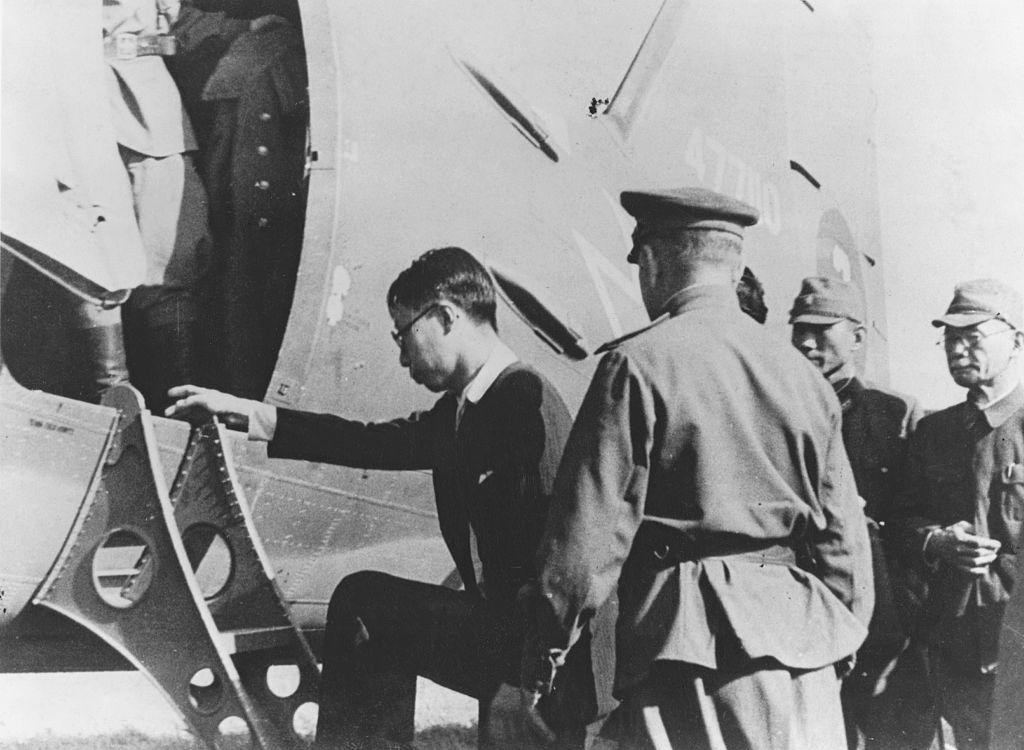 Генри Пу И, последний император Китая, отправляется самолётом в Мукден (Шэньян), захваченный советской Красной армией. Фото © Keystone / Hulton Archive / Getty Images