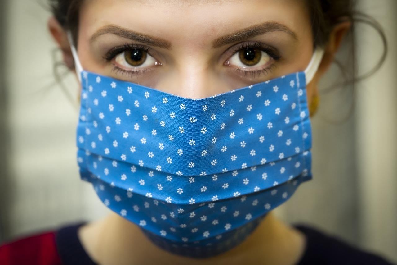 В Роспотребнадзоре оценили риск теплового удара из-за ношения масок в жару