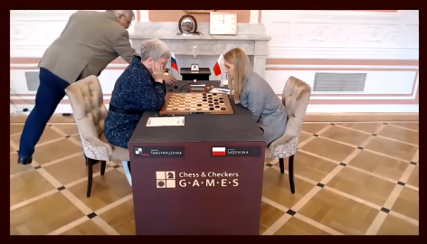 У россиянки бесцеремонно забрали флаг РФ прямо во время игры на ЧМ по шашкам