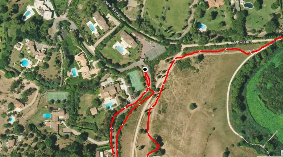 Лайф предположил, что жена Дениса Свердлова живёт во Франции в одном из двух особняков с теннисными кортами. Фото ©alltrails.com