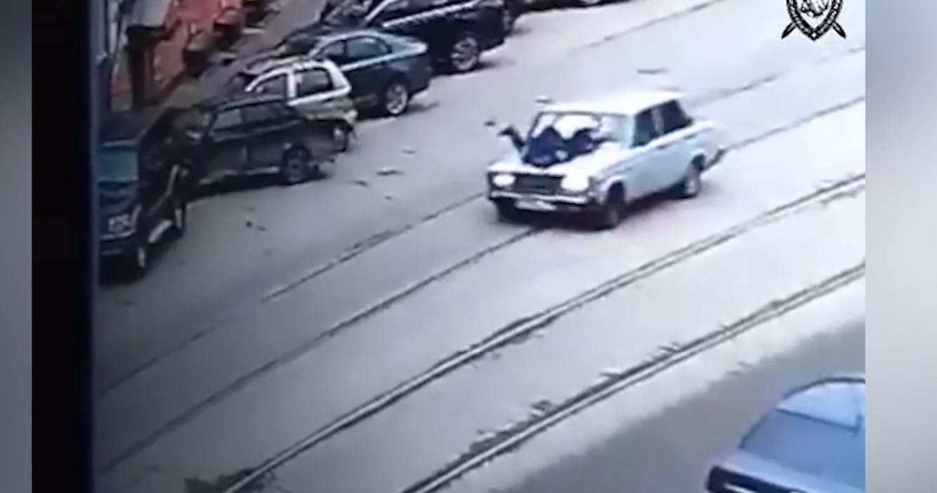 """В Нижнем Новгороде подросток восстановил старые """"Жигули"""" и прокатил на капоте инспектора ГИБДД"""