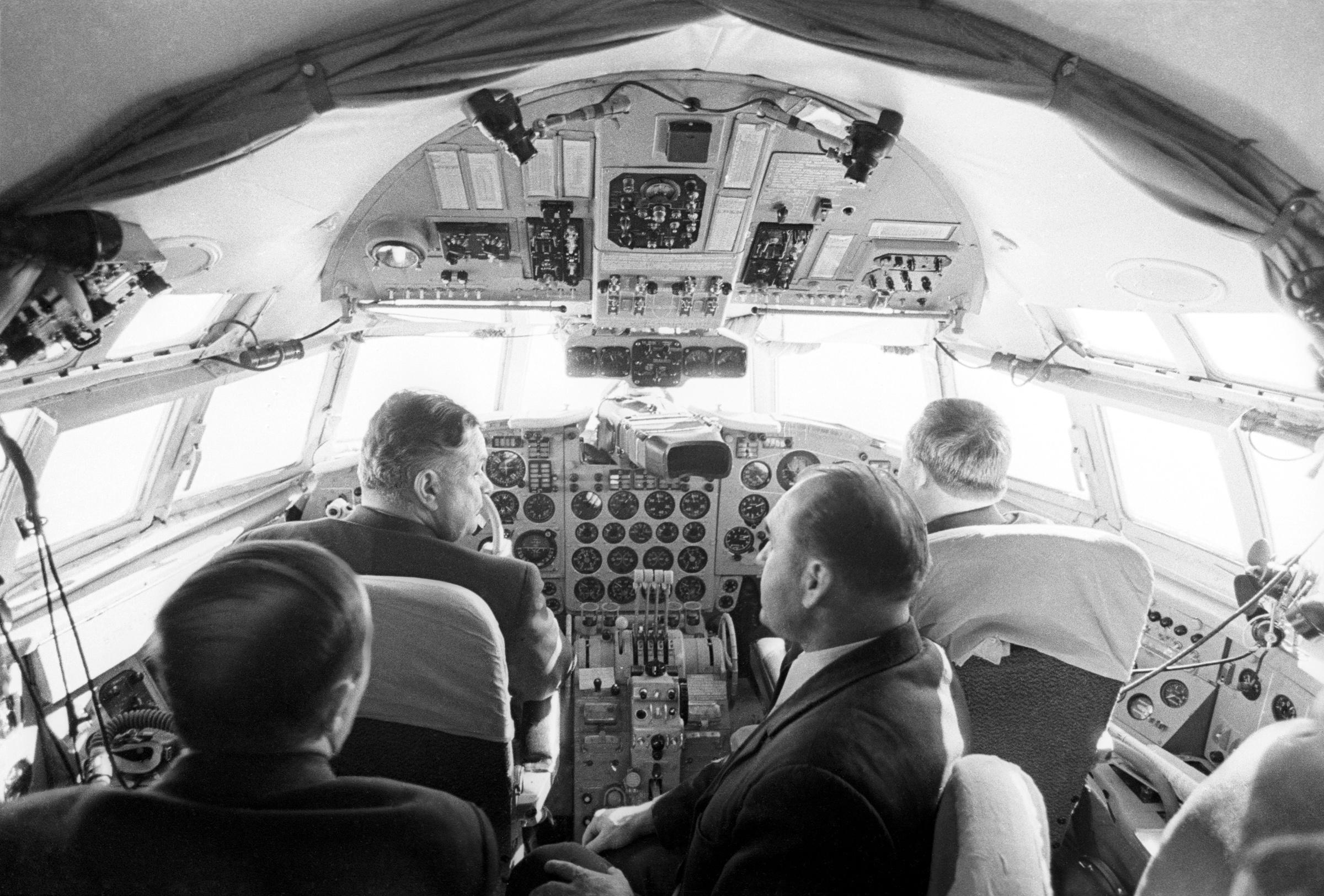 В кабине лайнера Ил-18 лётчики ведут самолёт с помощью бортовой системы управления заходом на посадку. Фото © ТАСС / Виталий Созинов