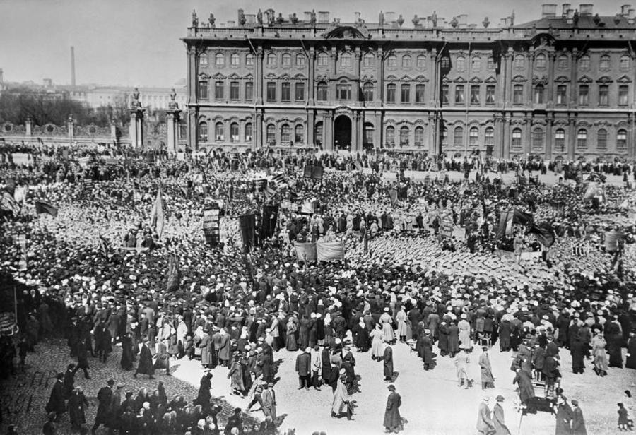 Демонстрация трудящихся в честь празднования 1 Мая в Петрограде, 1917 г. Фото © ТАСС