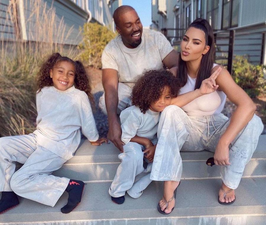 Ким Кардашьян с мужем Канье Уэстом и детьми. Фото © Instagram / kimkardashian