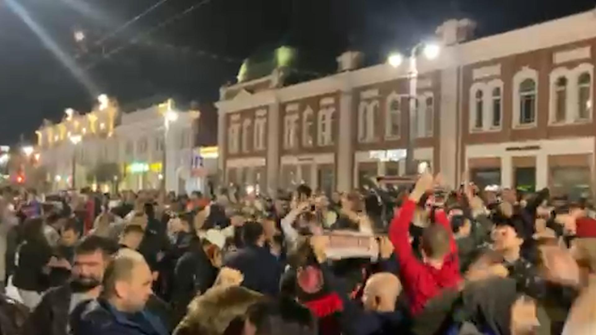 Омск гуляет: горожане заблокировали улицы, празднуя победу Авангарда в Кубке Гагарина