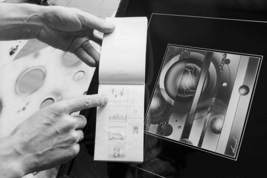 Эскиз и картина художника Игоря Анисифорова на выставке в Доме космонавтов. Фото © ТАСС / Роберт Нетелев