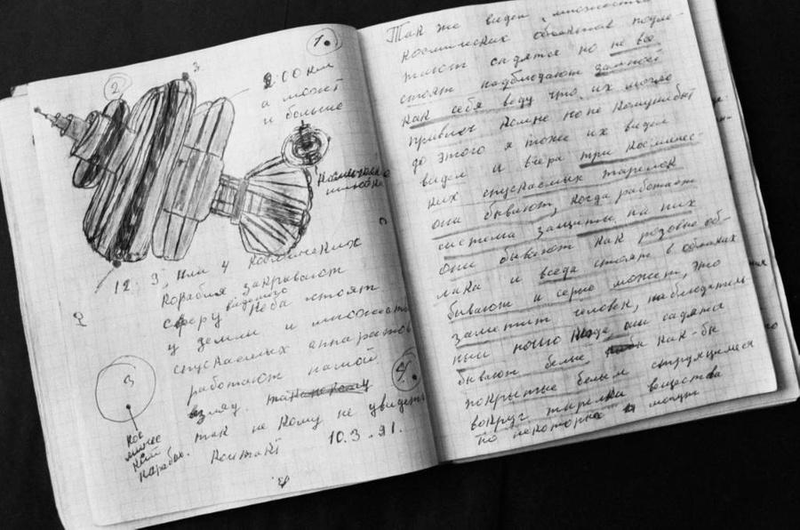Рисунки Григория Букина, утверждающего, что он контактирует с внеземными цивилизациями. Фото © ТАСС / Владимир Матвиевский