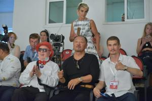 Алмаз Хусаинов (справа) развлекает 70-летнего Кэри Тагаву и 83-летнего Вячеслава Зайцева. Фото ©vk.com/Almaz