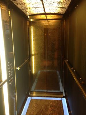 """Золотой лифт в ЖК """"Гранатный палас"""". Фото © ЖЖ / Лаборатория девелопмента"""