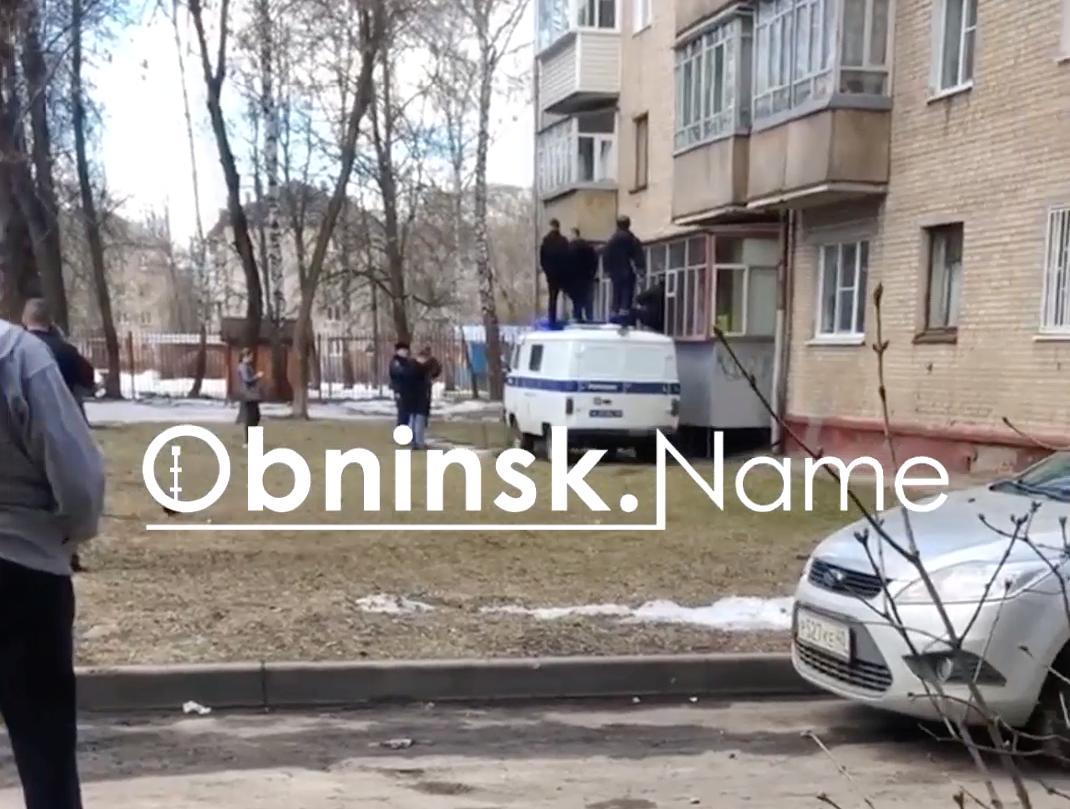 1229084048518.925 В Обнинске наркоман взял в заложники мать, приставив нож к горлу, и отказался сдаться полиции — видео