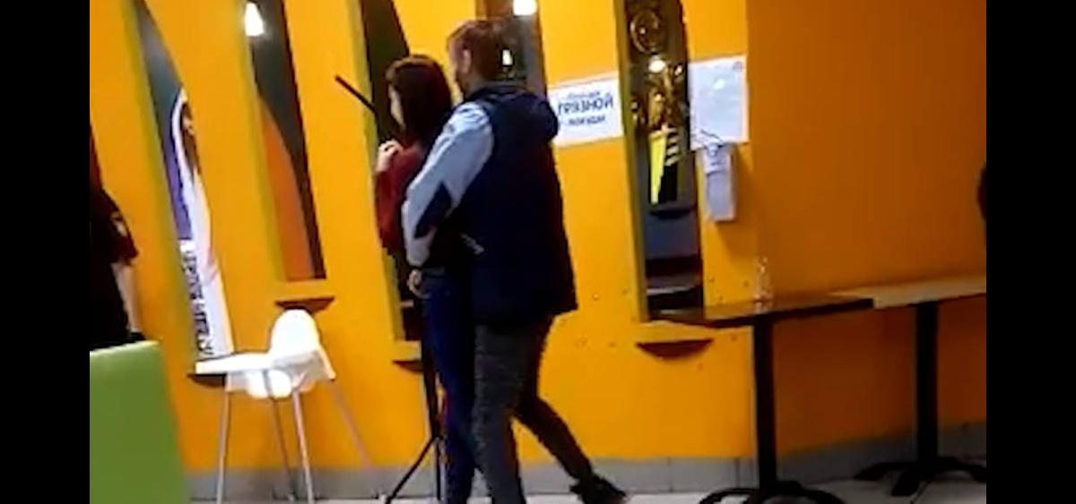 183979573476.95117 Житель Кемерова разбил бутылку и взял в заложники девушку в торговом центре — видео