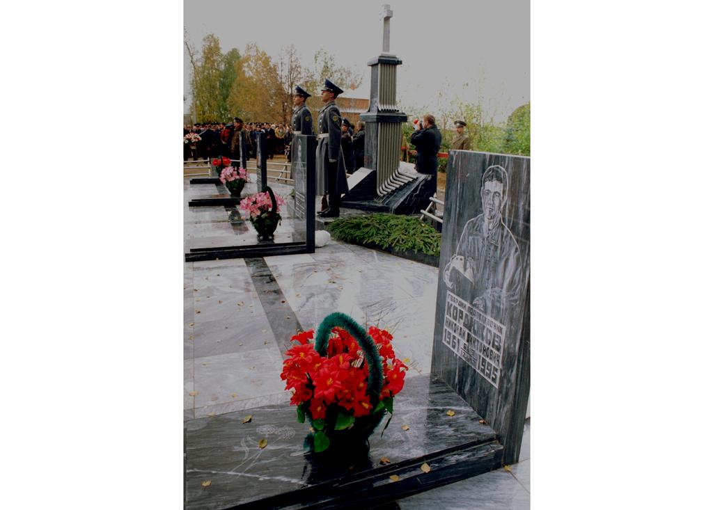 Открытие памятника в посёлке Кубинка в Новом Городке русским лётчикам, погибшим 12 декабря 1995 года в авиакатастрофе во Вьетнаме.