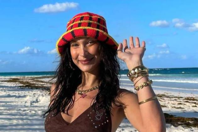 Самая красивая женщина в мире устроила съёмку на пляже, заигрывая с фотографом в одном купальнике