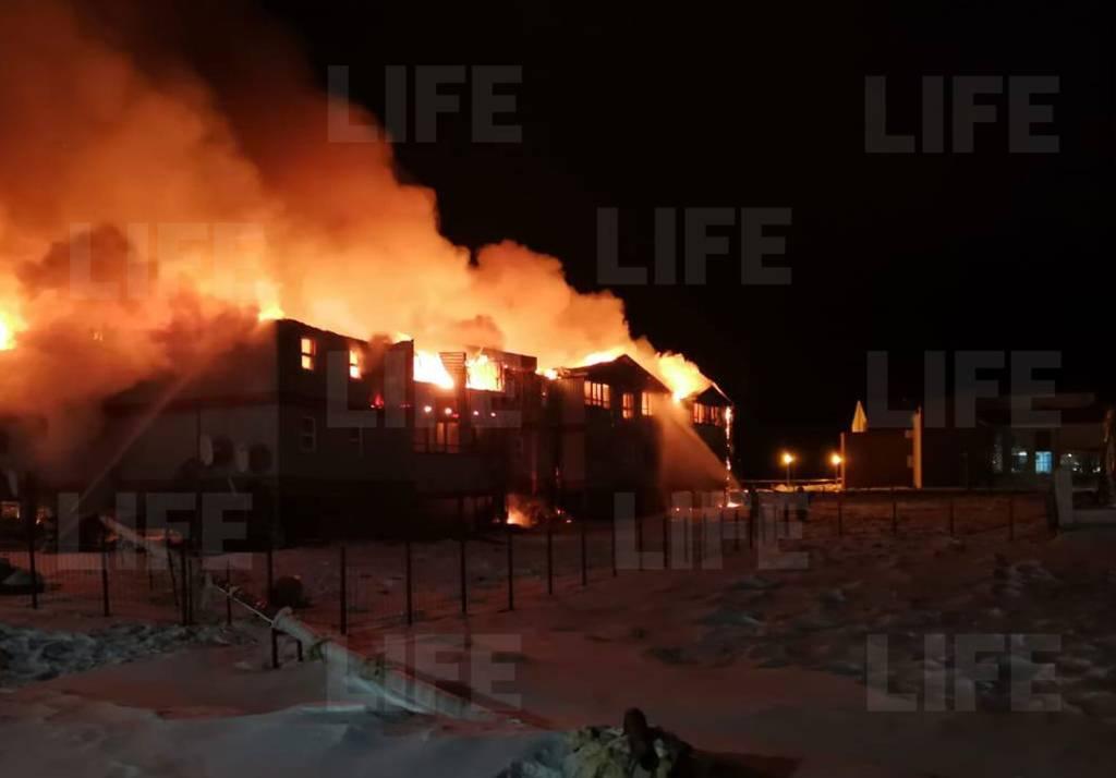 Отец вынес малышей из огня, но спасти их не удалось: четыре человека погибли в страшном пожаре в Якутии  видео