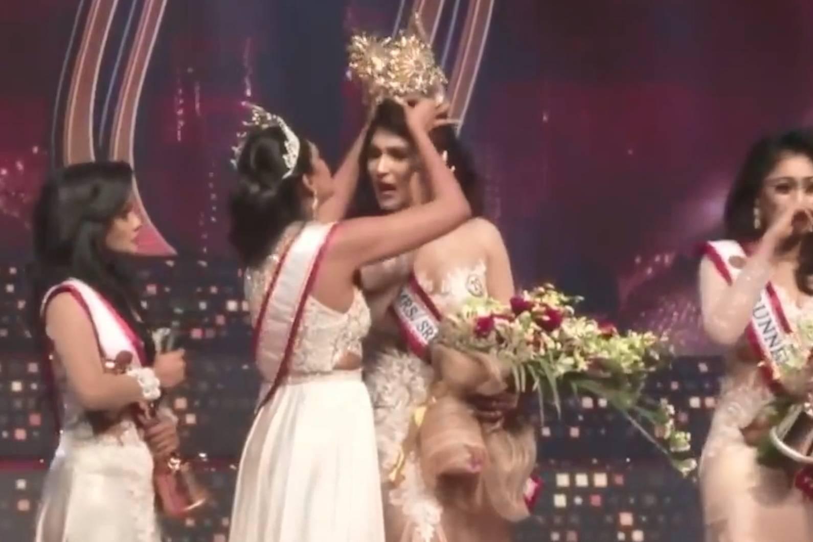 Мисс мира накинулась на победительницу во время конкурса, вырвав у неё корону вместе с волосами