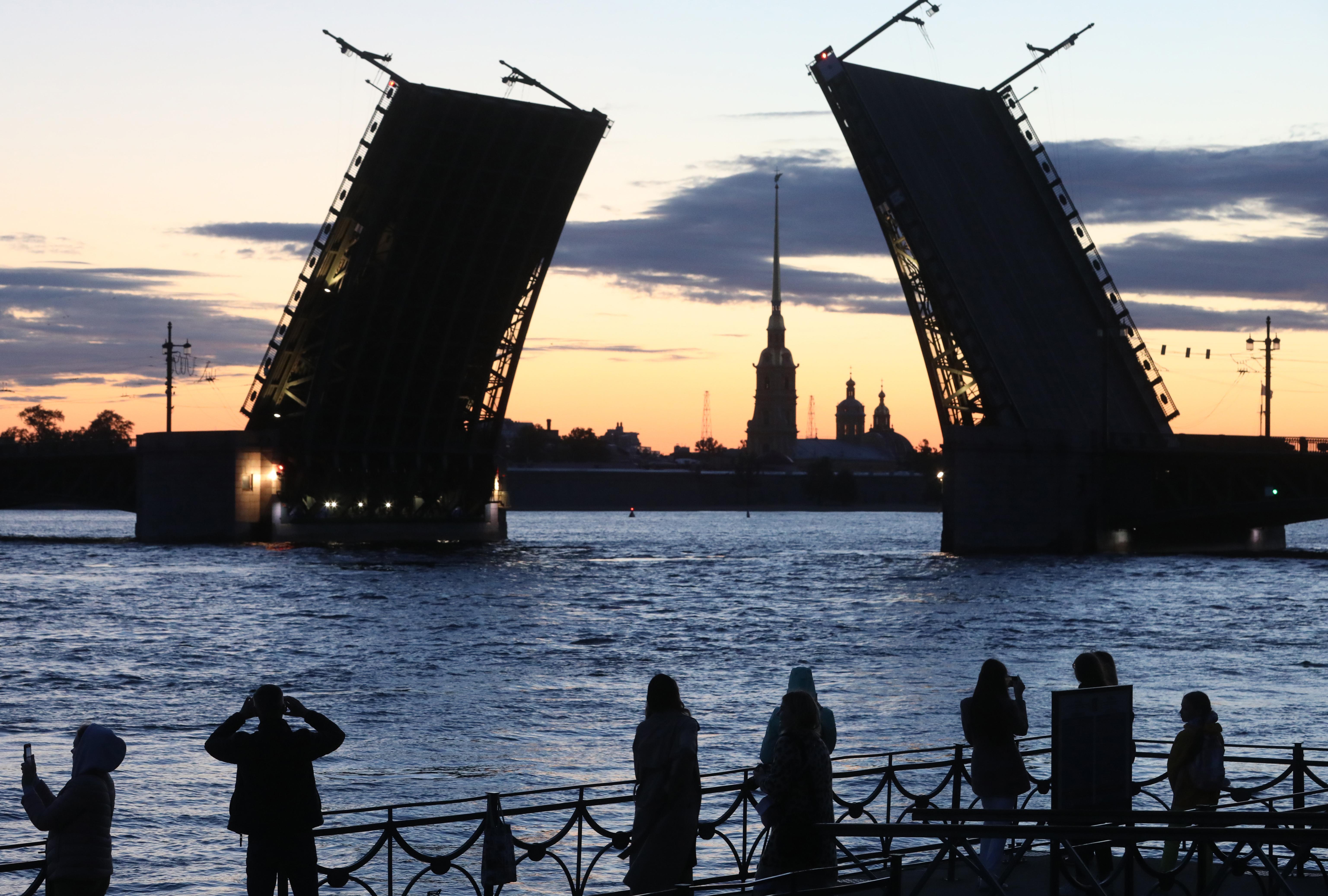 В День космонавтики на Дворцовом мосту в Петербурге появится лазерный портрет Гагарина