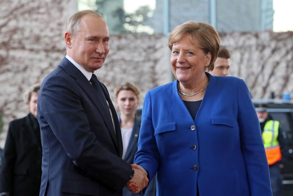 """1540505116472.6824 """"Заинтересованы в урегулировании"""": Политолог назвал переговоры Путина и Меркель сигналом для Украины"""