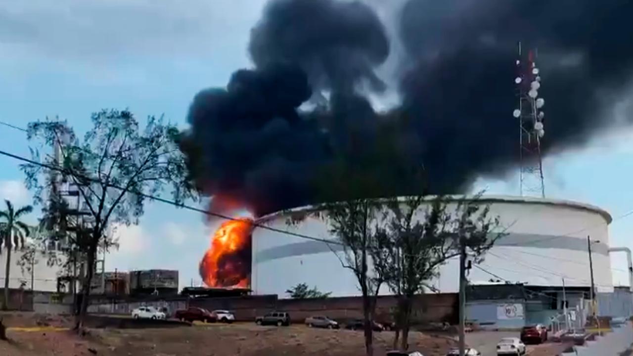 803524590509.6482 В Мексике из-за серии взрывов на нефтяном заводе пострадали семь человек — видео