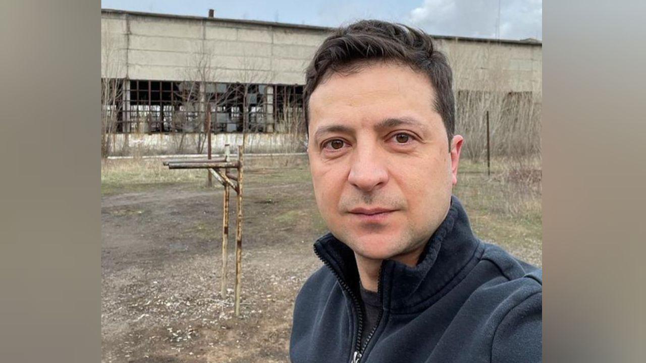 1450411099638.4094 Зеленский опубликовал фото на фоне заброшенного здания и ржавых брусьев в Донбассе