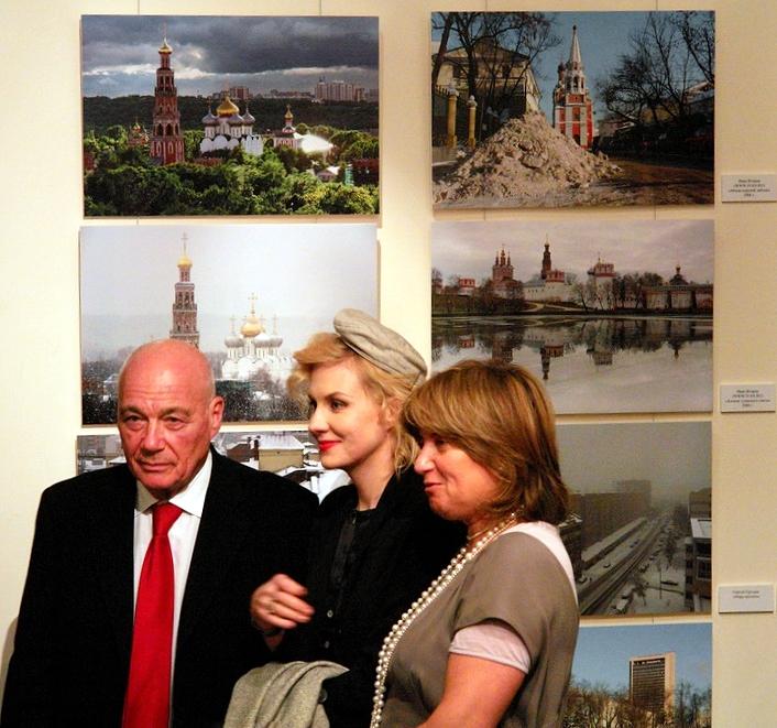 Владимир Познер с Ренатой Литвиновой на фотовыставке, посвящённой Москве. 28 марта 2007 года. Фото © Wikipedia