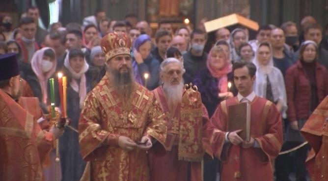 В главном храме Минобороны проходит первое пасхальное богослужение