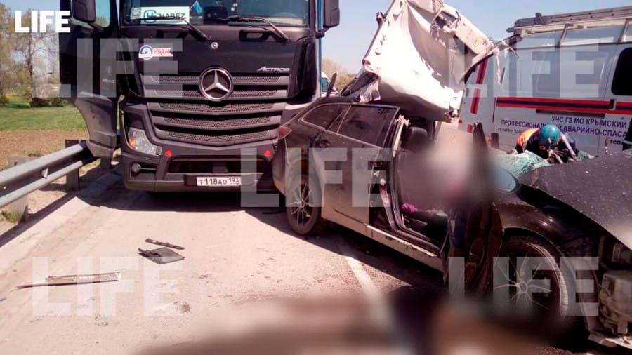 Один человек погиб в жёстком столкновении легковушки, грузовика и автобуса на Кубани