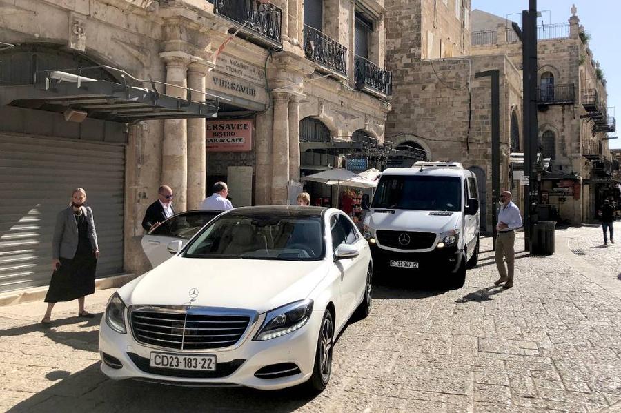 <p>Автомобили делегации российских дипломатов у Яффских ворот Старого города. Фото © ТАСС / Андрей Широков</p>