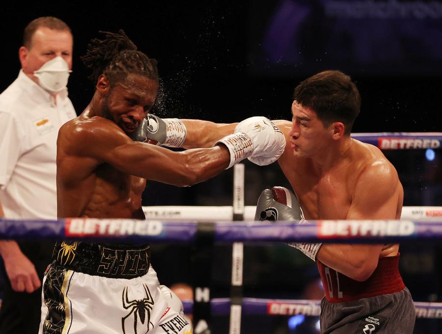 "<p>Дмитрий Бивол и Крейг Ричардс (слева). Фото © Twitter / <a href=""https://twitter.com/DAZNBoxing/status/1388568122471370752?s=20"" target=""_blank"" rel=""noopener noreferrer"">DAZN Boxing</a></p>"