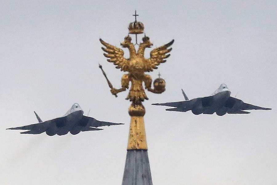 <p>Су-57 во время Парада Победы. Фото © ТАСС / Сергей Савостьянов</p>