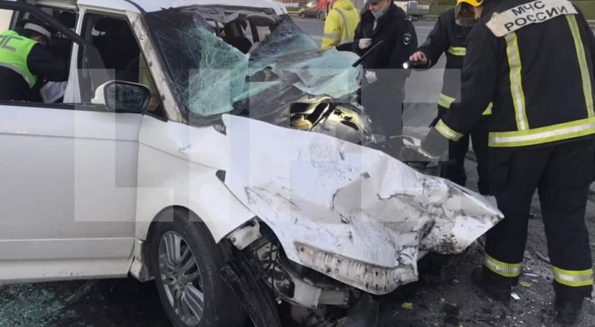 Три человека погибли из-за столкновения минивэна и грузовика на МКАДе