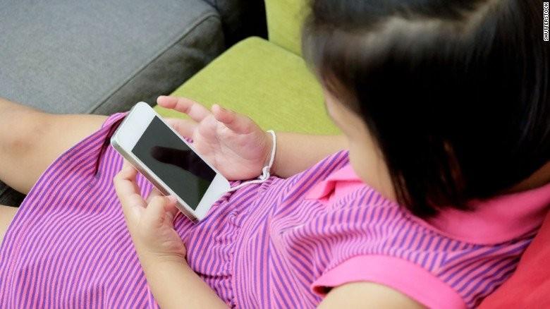 Психотерапевт рассказала, как отвлечь ребёнка от смартфона