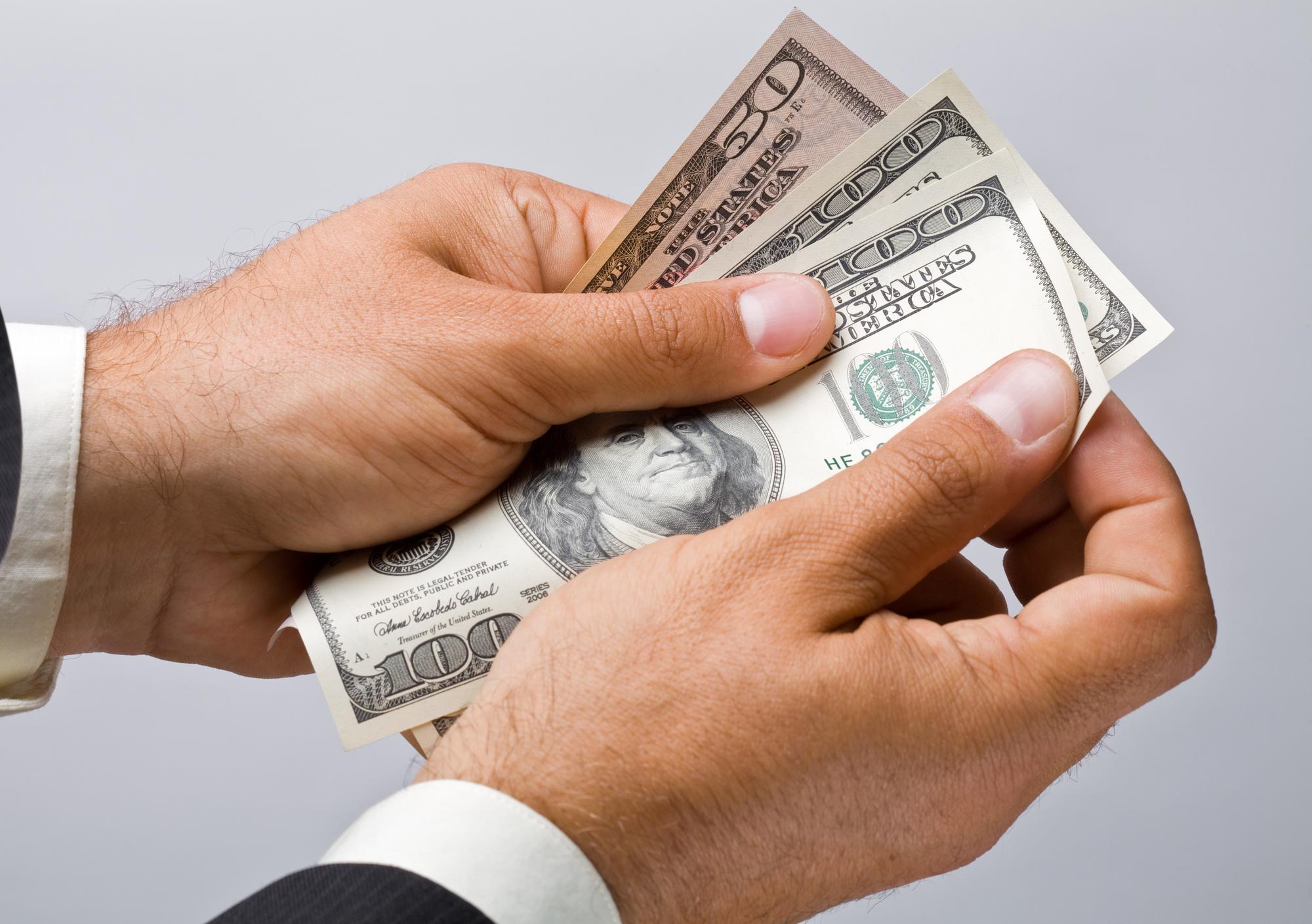 Валютный феномен: почему дешевеет доллар и каким будет курс рубля к лету